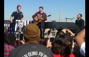 Juanes y John Legend cantan a las puertas del Centro de Detención Eloy en Arizona.