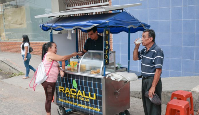 Venezolano vende pasteles calientes con energía solar