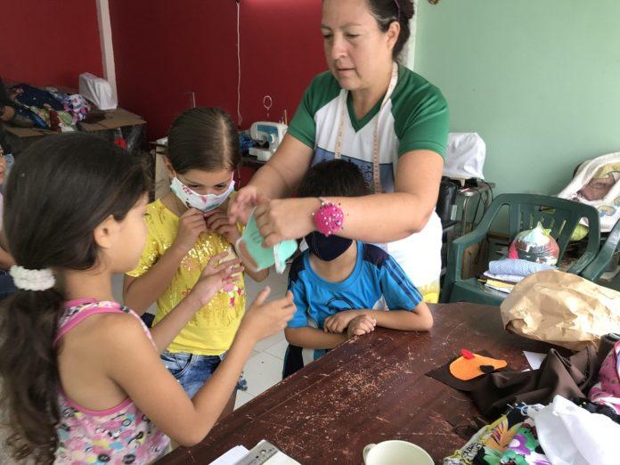 Vecinos de diferentes sectores de San Cristóbal unen sus esfuerzos para producir tapabocas y proteger a la comunidad de frente al COVID-19